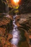 Regnbågenedgångar i Watkins Glen State Park Arkivbild