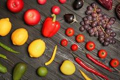 Regnbågesamling av mogna frukter och grönsaker Arkivbilder