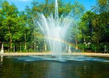 Regnbågespringbrunn i stadsparken, Bryssel arkivbilder