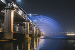 Regnbågespringbrunnshow på den Banpo bron Royaltyfria Bilder