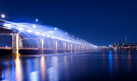 Regnbågespringbrunnshow på den Banpo bron i Korea Royaltyfri Bild