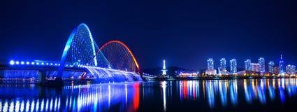 Regnbågespringbrunnshow på expobron i Korea Royaltyfri Fotografi