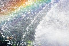 Regnbågeströmmar av vatten från springbrunnen royaltyfria bilder