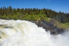 RegnbågeTannforsen vattenfall Sverige royaltyfria bilder