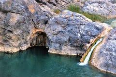 Regnbågevattenfall och en grotta arkivfoton