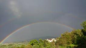 Regnb?ge i landet fotografering för bildbyråer