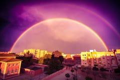 Regnbåge i stad Royaltyfria Foton