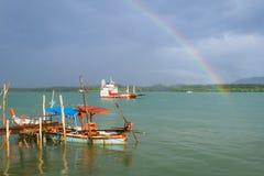 Regnbåge och fartyg på floden på Koh Kho Khao Arkivbild
