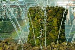 Regnbåge och springbrunn Arkivbild