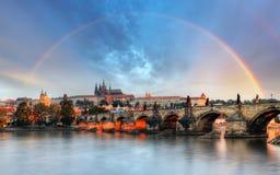 Regnbåge över den Prague slotten, Tjeckien Royaltyfri Bild