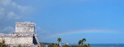 Regnbågen bredvid den Castillo templet på Tulum Mayan Mexico fördärvar Arkivfoto