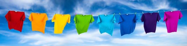 Regnbågeskjortor på linje Arkivfoton