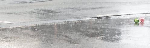 Regndroppar faller på en gata Royaltyfri Fotografi