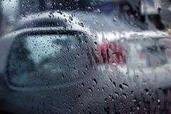 Regndroppar på bilfönstret arkivbild