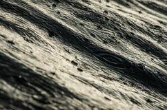 Regndroppar på det mörka vattnet Arkivfoto