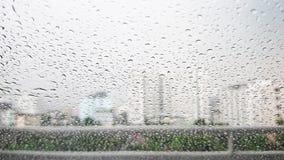Regndroppar på ett bilfönster arkivfoton