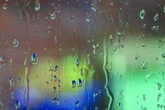 Regndroppar på ett fönster arkivbild