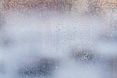 Regndroppar på ett fönsterexponeringsglas för regn Arkivfoton