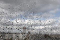Regndroppar på exponeringsglas Arkivfoton