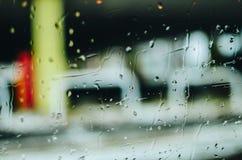Regndroppar på exponeringsglas Arkivbild