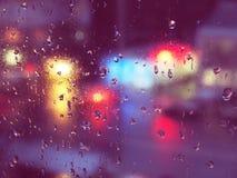 Regndroppar på exponeringsglas i stads- miljö Royaltyfri Bild