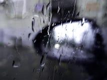 Regndroppar på exponeringsglasspegeln royaltyfri foto
