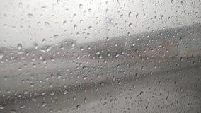 Regndroppar på fönsterexponeringsglas av bilen Arkivbild