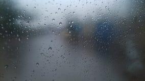 Regndroppar på fönsterexponeringsglas av bilen Royaltyfria Foton
