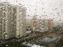 Regndroppar på fönstret Arkivfoto