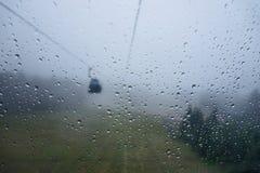 Regndroppar på fönstret av kabelbilen Royaltyfria Foton