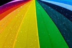 Regndroppar på flerfärgad umbella för regnbåge Arkivbilder