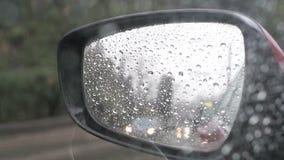Regndroppar på spegeln för bakre sikt stock video