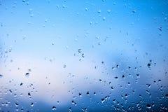 Regndroppar på vindrutan av bilen i ottan Genomskinligt exponeringsglas efter regn, abstrakt foto för förkylning Textur av expone Royaltyfri Foto