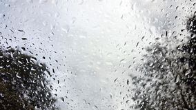 Regndroppar på vindrutan av ett medel Royaltyfri Fotografi