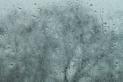 Regndroppar på windshielden Arkivbild