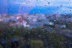 Regndroppar på yttersida för fönsterexponeringsglas royaltyfri bild