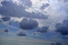 Regndroppar som faller från en molnig himmel arkivbilder