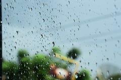 Regndroppar som klibbas till fönstret royaltyfri bild