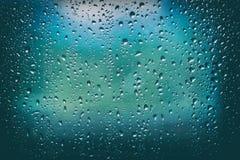 Regndroppar, vattendroppar av regn på ett fönsterexponeringsglas Royaltyfri Foto