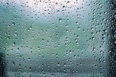 Regndroppar, vattendroppar av regn på ett fönsterexponeringsglas Royaltyfria Foton
