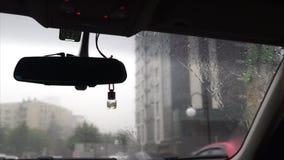 Regndroppe på bilexponeringsglas i trafiklängd i fot räknat stock video