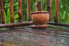 Regndroppe på ett wood hus Arkivfoto