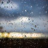 Regndroppe på exponeringsglas av bilen Royaltyfri Fotografi