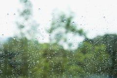 Regndroppe på fönsterexponeringsglas Fotografering för Bildbyråer