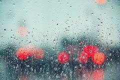 Regndroppe på fönstret av bilen Arkivbilder