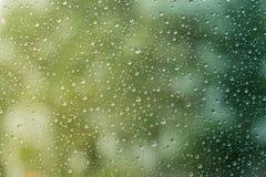Regndroppe på yttersida av en bil Water tappar Fotografering för Bildbyråer