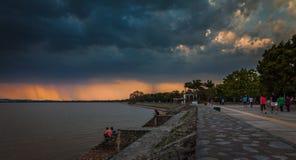 Regnen über dem See Stockfotos