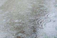 Regnen auf der Straße mit Unschärfe lizenzfreies stockfoto