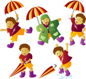 Regnen des Jungen mit Regenschirm Stockbild