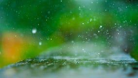 Regnen des Kräuselungs-Spritzen unscharfen Hintergrundes stockbild